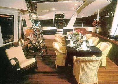 Yachting box yacht to charter super catamarano - Tavola da surf con motore ...